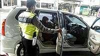 Diturunkan dari Bus karena Tak Punya Uang, Ibu ini Pingsan Ditunggui Putrinya