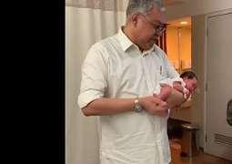 Viral Pria Gendong Bayi seperti Akrobat, Ternyata Ini Penjelasannya